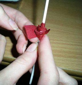 маленькая роза из гофрированной бумаги - шаг4